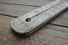 Houten thermometer op oude houten achtergrond Stock Foto's