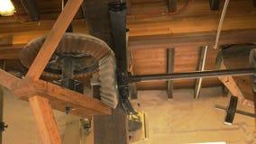 Houten toestellen in een werkende windmolen stock footage