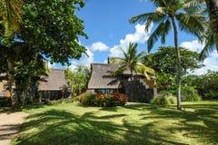 Houten toevlucht met kokosnotentuin stock afbeeldingen