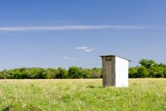 Houten toilet op het gebied Royalty-vrije Stock Foto