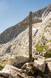 Houten topkruis in de alpen Royalty-vrije Stock Afbeeldingen