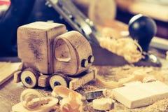 Houten toy truck van car op de timmerwerkwerkbank Hobby diy ambachten, het maken stock afbeelding