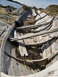Houten traditionele Noorse boot op de fjordkust royalty-vrije stock afbeelding