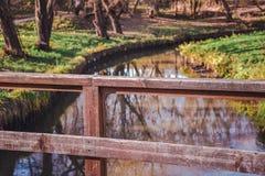 Houten traliewerk van de brug stock foto's