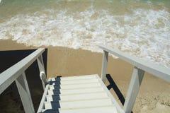 Houten trap aan een Mediterraan strand Stock Foto's