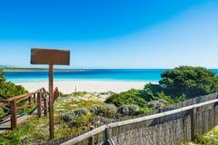 Houten trap aan het strand in Sardinige Stock Foto