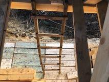 houten trap neer van de zolder stock afbeelding