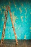 Houten trap op de achtergrondmuur Stock Afbeelding