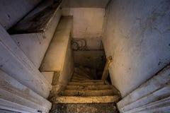 Houten treden aan de enge donkere kelderverdieping royalty-vrije stock fotografie