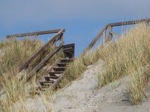 Houten treden aan het strand Stock Foto