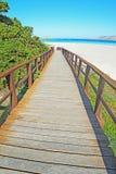 Houten treden aan het strand van La Pelosa stock fotografie
