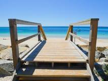 Houten treden aan mooi strand Stock Fotografie
