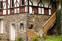 Houten treden van een half betimmerd huis Duitsland stock foto