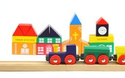 Houten trein en toyhouses over wit royalty-vrije stock afbeeldingen