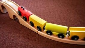 Houten Trein Toy Moving Up de Brug royalty-vrije stock afbeeldingen