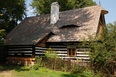 Houten Tsjechische plattelandshuisjelinkerkant Royalty-vrije Stock Foto's