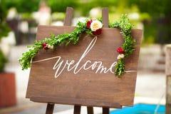 Houten uithangbord met rozen stock fotografie