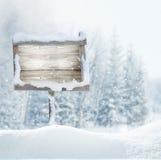 Houten uithangbord in sneeuw De Banner van Kerstmis royalty-vrije stock foto's