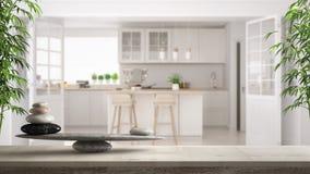 Houten uitstekende lijst of plank met steensaldo, over vage Skandinavische klassieke witte keuken, feng shui, zen concept archite stock foto