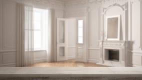 Houten uitstekende lijstbovenkant of plankenclose-up, zen stemming, over vage klassieke lege ruimte met groot venster met open ha stock foto's
