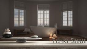 Houten uitstekende lijstplank met steensaldo en 3d brieven die woord feng shui over hotel spa badkamers met badkuip maken, nacht stock fotografie