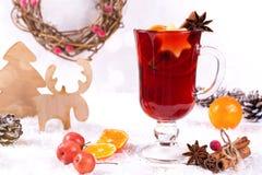 Houten uitstekende rustieke Kerstmisdecoratie en hete overwogen gekruide rode wijn in glas mugÑŽ Kerstmis of nieuwe jaarkaart royalty-vrije stock afbeeldingen