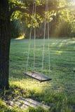Houten uitstekende tuinschommeling Stock Foto