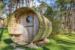 Houten vakantiehuis met sauna Stock Afbeeldingen