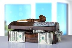 Houten vakje hoogtepunt van 100 dollarsbankbiljetten op lijst met helder Na stock afbeeldingen