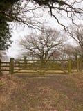 houten van het de boomland van de poortomheining privé het gebiedslandbouwbedrijf Royalty-vrije Stock Foto
