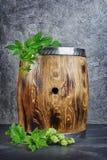 Houten vat ambachtbier met hop in donkere kelder stock foto's
