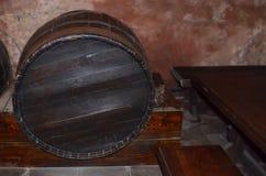 Houten vat in de kelderverdieping royalty-vrije stock afbeeldingen