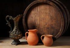 Houten vat, de metaalkruik en het aardewerk Royalty-vrije Stock Fotografie
