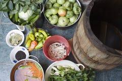 Houten vat en groenten in het zuur stock afbeeldingen