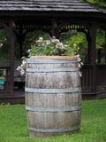 Houten Vat en van de Bloemenwerf Decoratie stock afbeelding