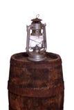 Houten vat met olielamp stock afbeelding