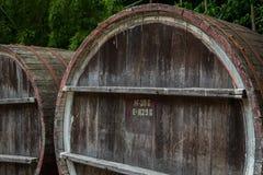 Houten vat voor wijn met staalring, Georgië Stock Afbeelding