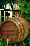 Houten vat wijn op de straat dichtbij de wijngaard stock foto's