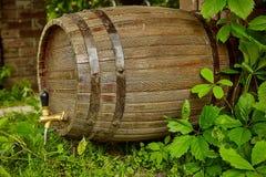Houten vat wijn op de straat dichtbij de wijngaard stock afbeeldingen