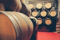 Houten vaten met whisky in donkere kelder royalty-vrije stock foto