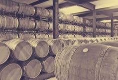Houten vaten in wijnmakerijfabriek Stock Fotografie
