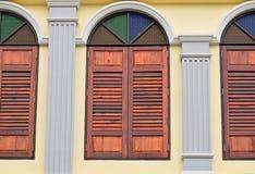 Houten venster dat met kleurenglazen wordt verfraaid Royalty-vrije Stock Afbeeldingen