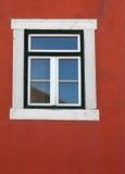 Houten venster in de heldere rode muur Royalty-vrije Stock Foto
