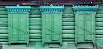 Houten venster met blinddeuren royalty-vrije stock afbeeldingen