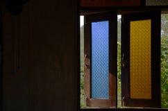 Houten venster met bloempatroon Stock Afbeeldingen