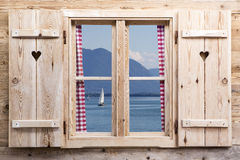Houten venster met een meer als bezinningen Stock Afbeeldingen