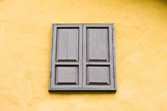 Houten venster op gele muur Stock Afbeeldingen