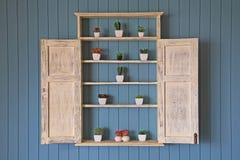 Houten vensterkast met vele valse bloemen Stock Fotografie