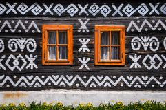 Houten vensters op houten muur van houten plattelandshuisje stock foto