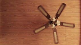 Houten ventilator met lampen die van het houten plafond hangen stock video